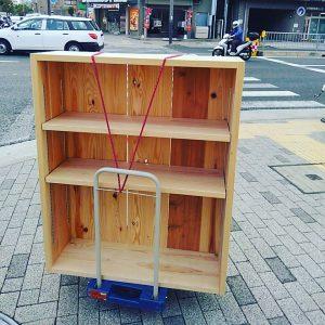 なかなかシュールな本棚引っ越し